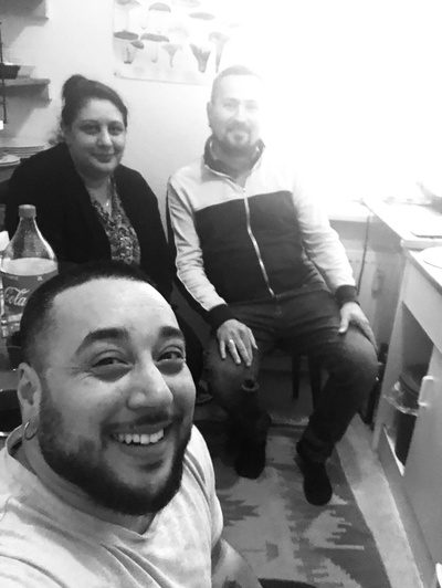 Isidora Randjelović. Koray Yılmaz-Günay, Mîran Newroz bei der Aufnahme von Folge #4 des Podcasts «Punch Up»
